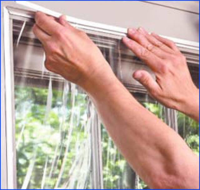 Самый надёжный способ крепления плёнки на раму окна снаружи помещения защемлением в кабель-канал для электропроводки.