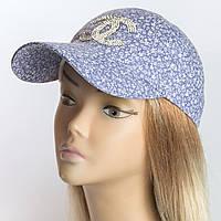 Женская бейсболка голубого цвета с мелким цветочным принтом крупные камни