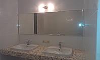Зеркало в раме из хромированного алюминиевого профиля.