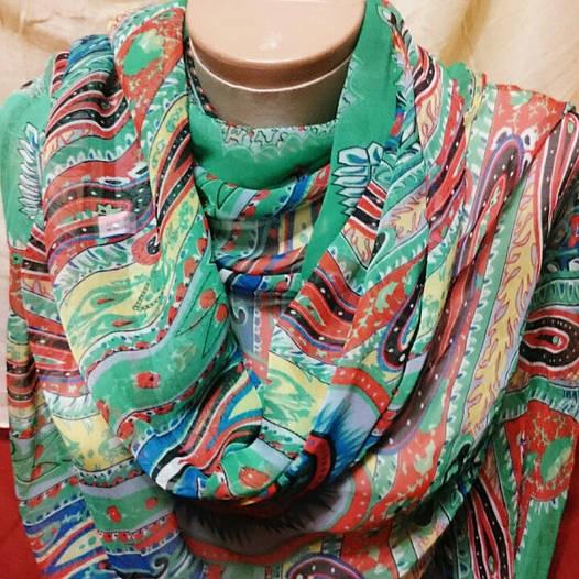 Шарф шёлковый зелёного цвета с разноцветным узором