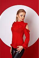 Яркая женская блузка красного цвета, с вырезами на плечах