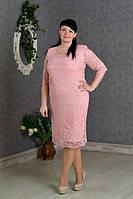 Нарядное гипюровое платье розового цвета, длины за колено, увеличенных размеров