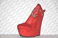 Туфли на танкетке замшевые красные с цепочкой на ремешке
