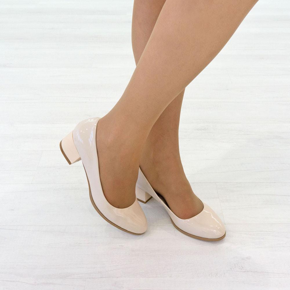Бежевые туфли на низком каблуке женские Woman's heel лакированные кожаные молочные