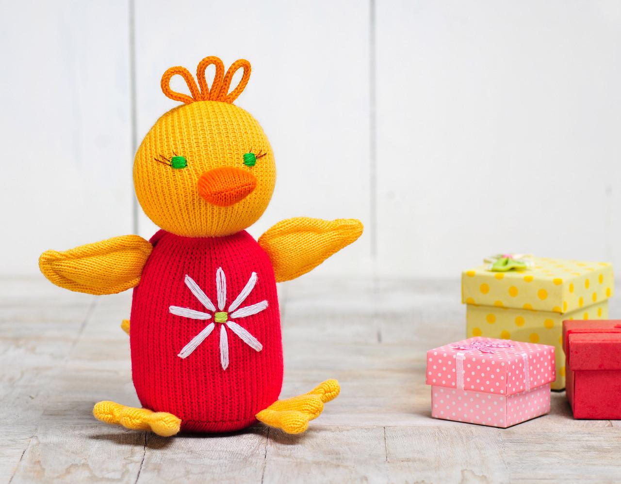 В'язана іграшка Каченя Кря