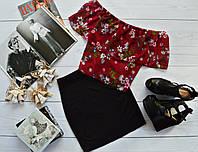 Стильный костюм: черная юбка + топ-трансформер с ярким принтом: мелкие цветы на бордо