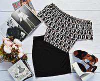 Стильный костюм: черная юбка + топ-трансформер с ярким принтом: зайки на черном