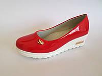 Туфли школьные для девочек на танкетке красного цвета