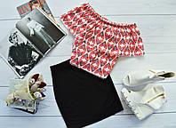 Стильный костюм: черная юбка + топ-трансформер с ярким принтом: красные сердца на белом