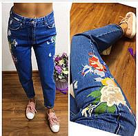 Женские стильные джинсы с яркой вышивкой
