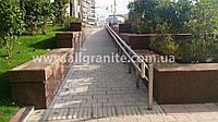 Дорожки и площадки из гранитной плитки и брусчатки