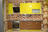 Прямая кухня сочетание желтого с коричневым