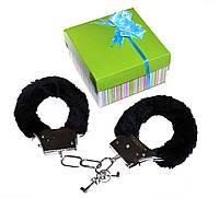 Наручники в подарочной зеленой коробочке.