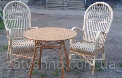 Стол и плетеные стулья из лозы