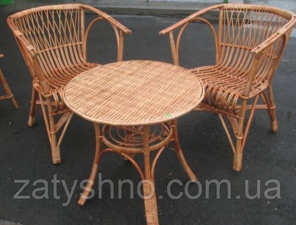 Плетеный стол и кресла и лозы