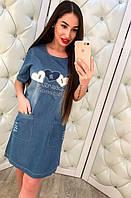 Женское, джинсовое платье прямого кроя с короткими рукавами и принтом со стразами.