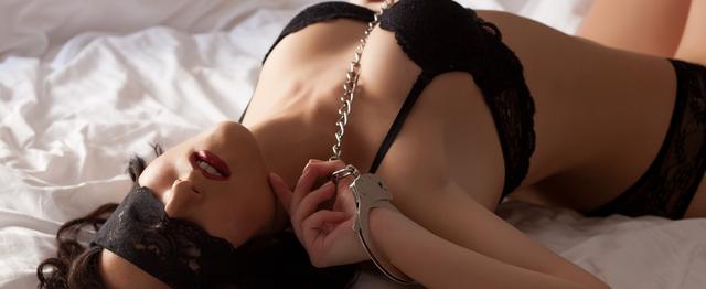 Секс с завязанными глазами и руками