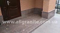 Вход облицованный гранитной плиткой