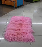 Красивый яркий ковер из шкур ламы розового цвета