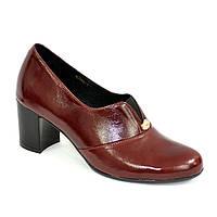 Женские классические кожаные  туфли на каблуке, декорированы фурнитурой.