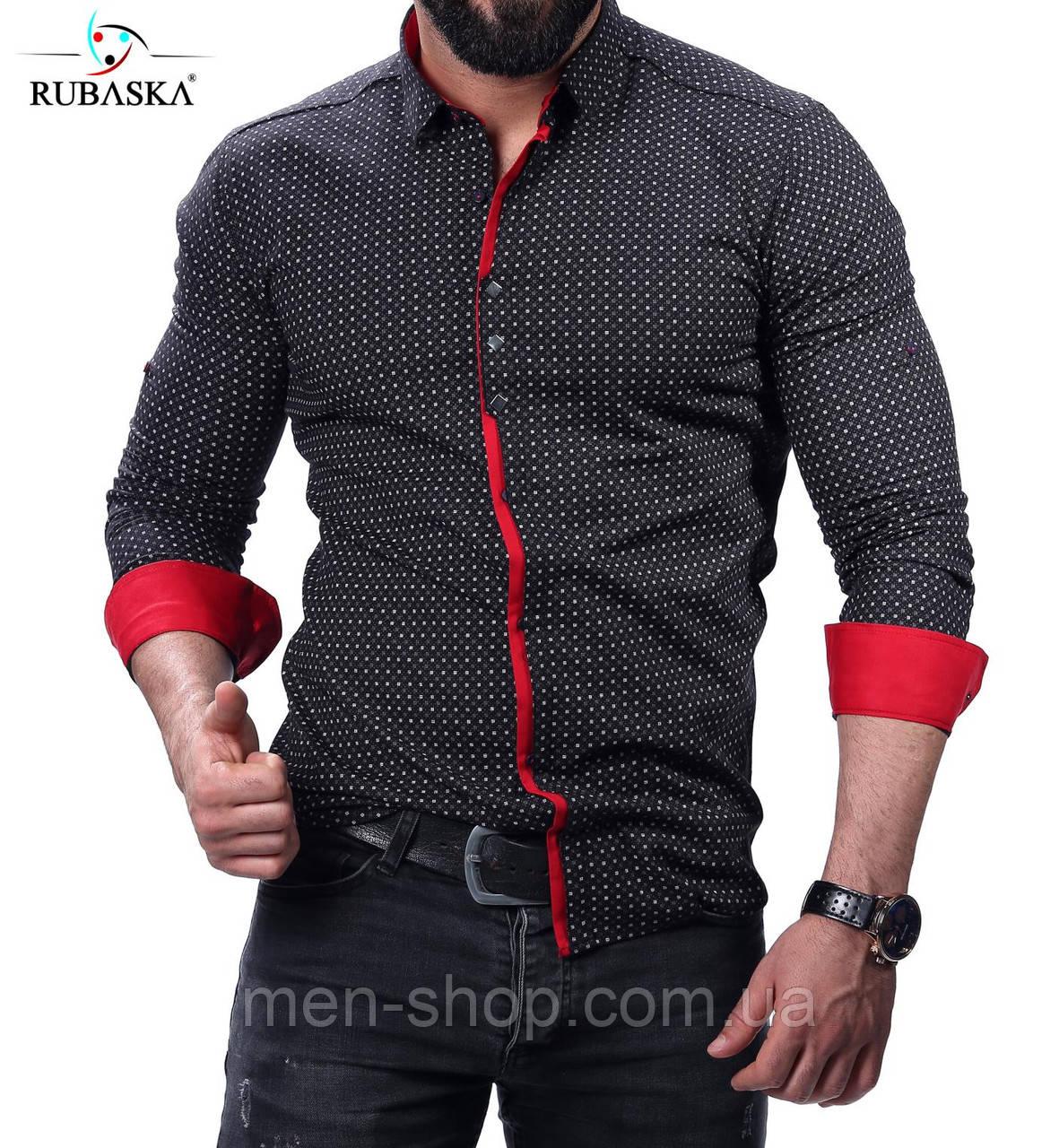 Черная рубашка с красным акцентом