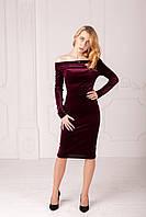 Женское велюровое платье с открытыми плечами бордового цвета