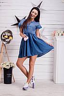 Легкое джинсовое платье с завышенной талией, декорировано принтом и двумя помпонами из натурального меха