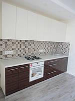 Кухня с шпонированными и крашенными фасадами.