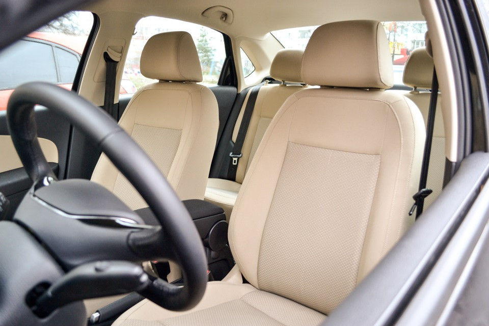 Авточехлы из экокожи бежевые на  BMW 5 (E- 60-61) с 2002-2010г. Седан
