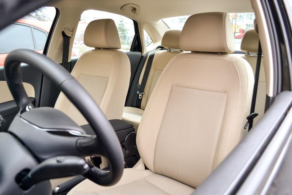 Авточехлы из экокожи бежевые на  Volkswagen Polo NEW с 2010-н.в. седан