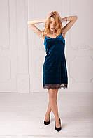 Женское велюровое платье изумрудного цвета с кружевом