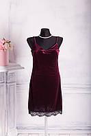Женское велюровое платье с кружевами цвета бордо