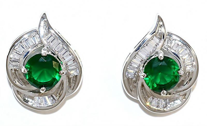 Серьги гвоздики.Камень: зелёный и белый циркон. Высота серьги: 1,7 см. Ширина: 12 мм.