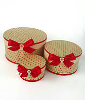 Круглая подарочная коробка ручной работы в крафт тоне с красным горошком и насыщенным красным бантиком