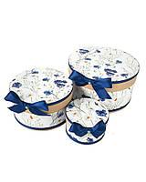 Круглая подарочная коробка ручной работы белого цвета с синим васильком