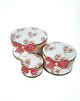 Круглая подарочная коробка ручной работы белого цвета с сердечком for you и бантиком в клеточку