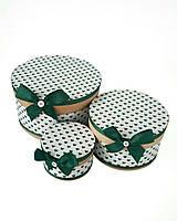 Круглая подарочная коробка ручной работы белого цвета в мелкие зелёные сердечки