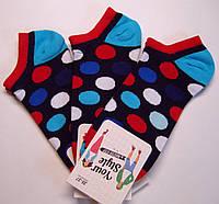 Цветные женские короткие носки темно-синего цвета в цветные горохи