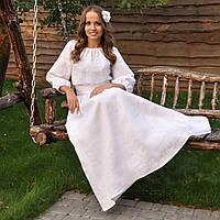 Вышитое белое платье с длинным рукавом