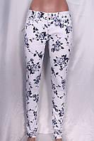 Стильные женские джинсы с цветочным принтом синего цвета