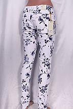 Стильные женские джинсы с цветочным принтом синего цвета, фото 3