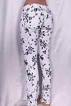Стильные женские джинсы с цветочным принтом синего цвета, фото 2