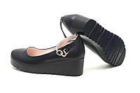 Женские черные туфли с ремешком на танкетке