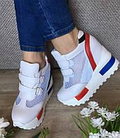 Женские кроссовки белого цвета на платформе