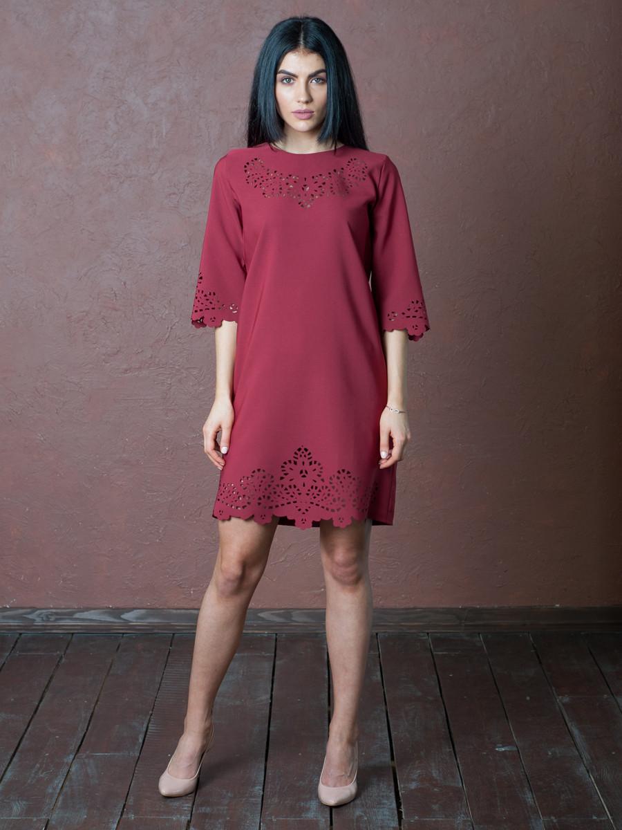 Стильное бордовое платье с перфорацией