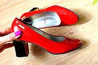 Красные лаковые туфли на каблуке