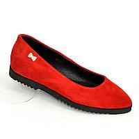 Женские красные замшевые туфли-балетки с заостренным носком.