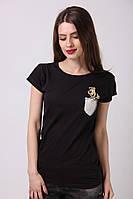 Черная футболка с ярким маленьким рисунком на груди