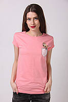 Нежно-розовая футболка с маленьким рисунком на груди