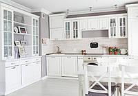 Белая классическая кухня в современном интерьере